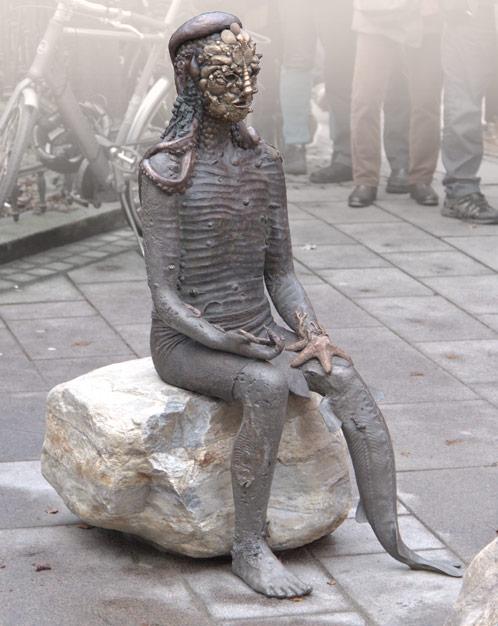 """Tilda Lovell, """"Oraklet"""", bronsskulptur vid Domkyrkan i Göteborg. Foto: Jan Peter Dahlqvist"""